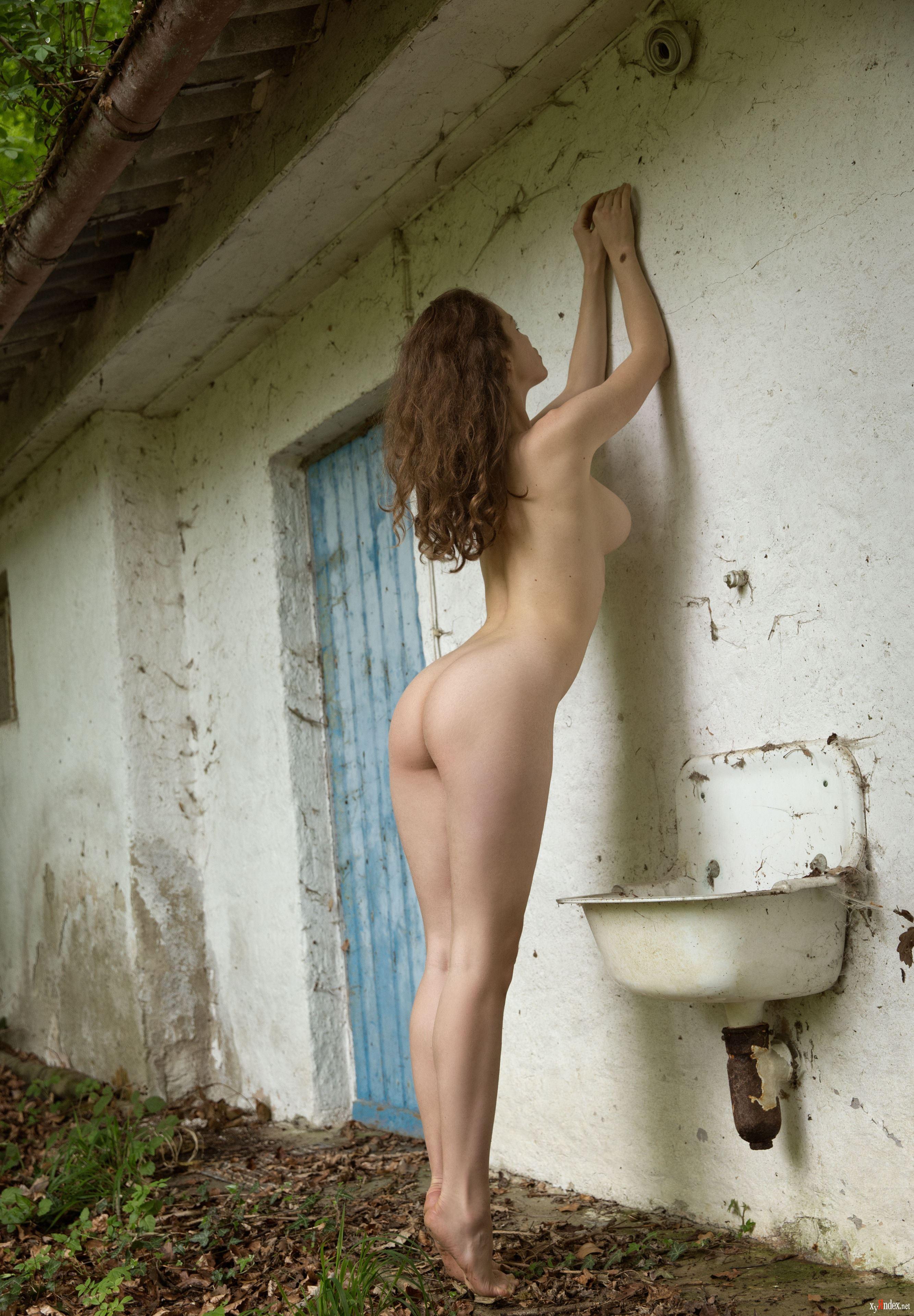 Обнаженные Фото На Стене