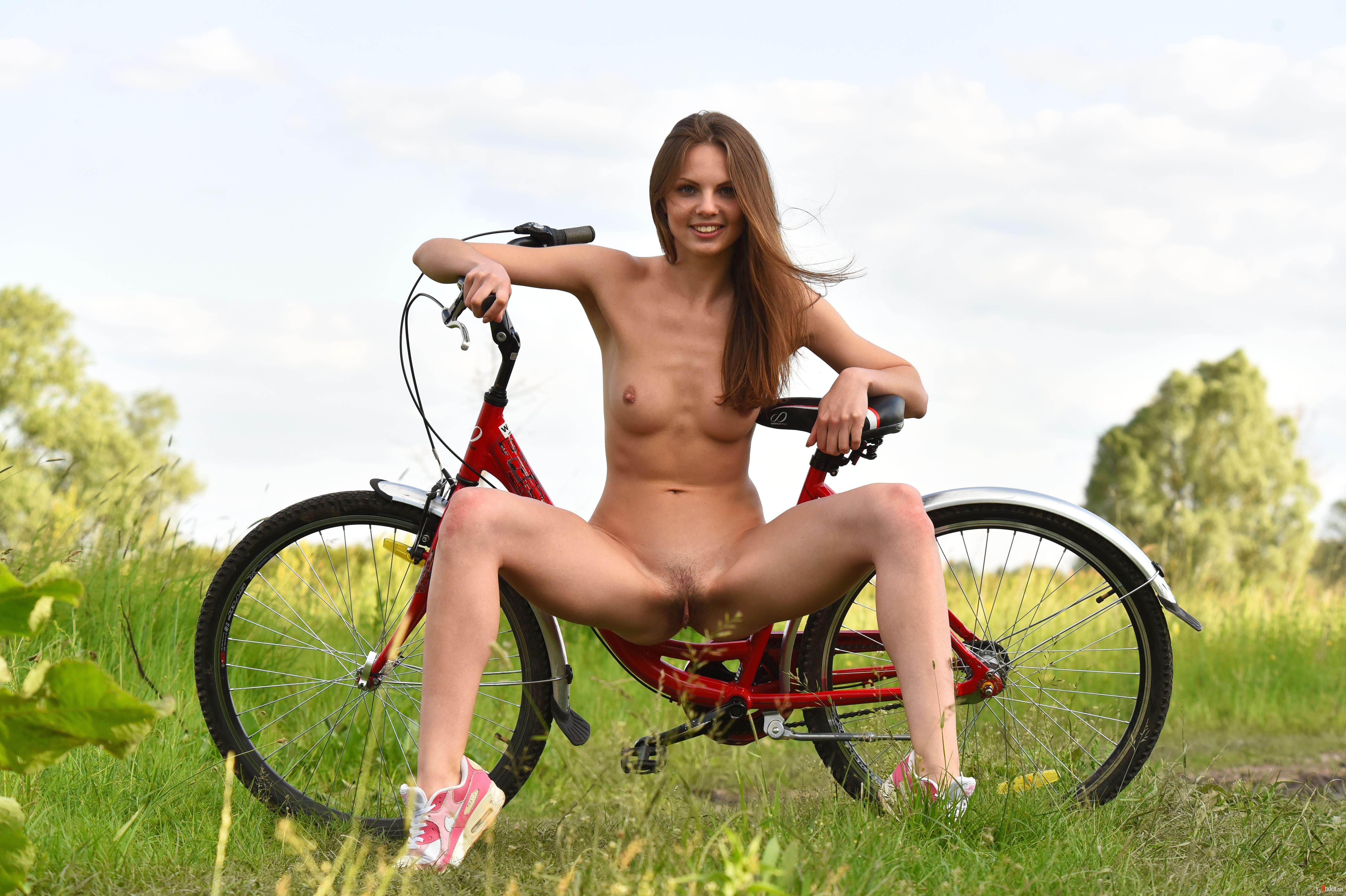 ебут велосипеде блондинку на