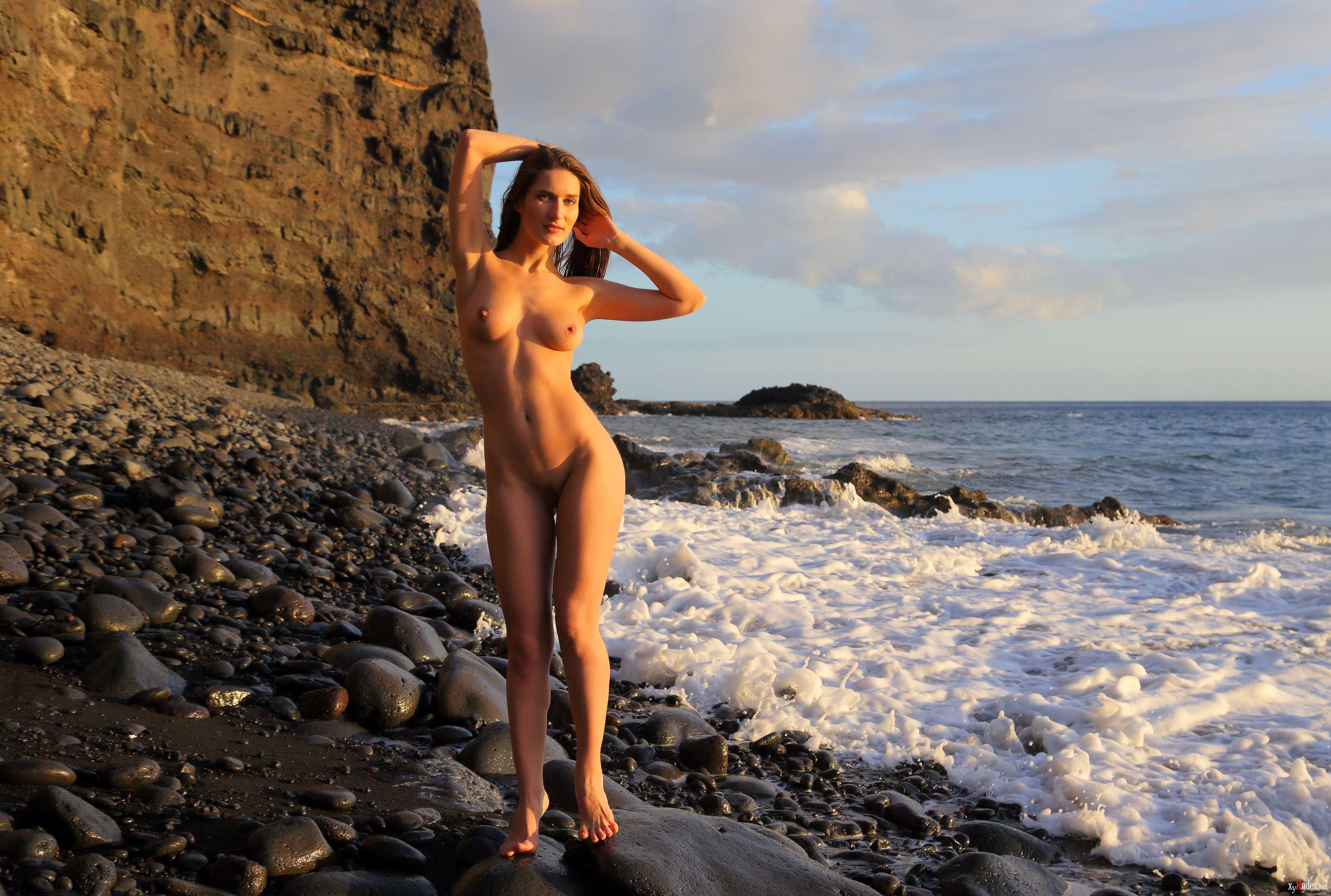 Девушки Лето Море Дикий Пляж Обнаженная
