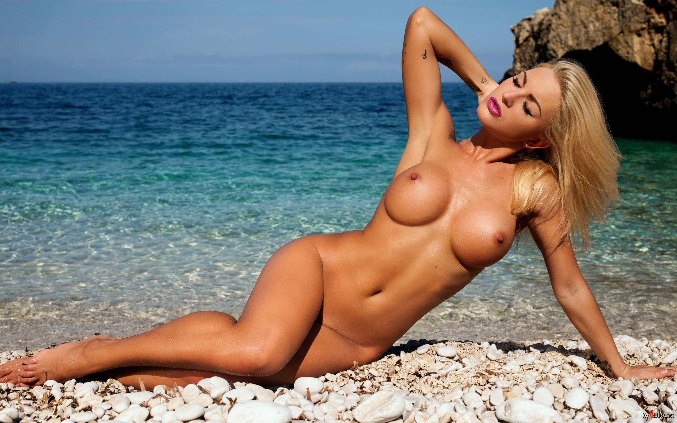 Видео эротика фото блондинка на пляже видео рыбалке