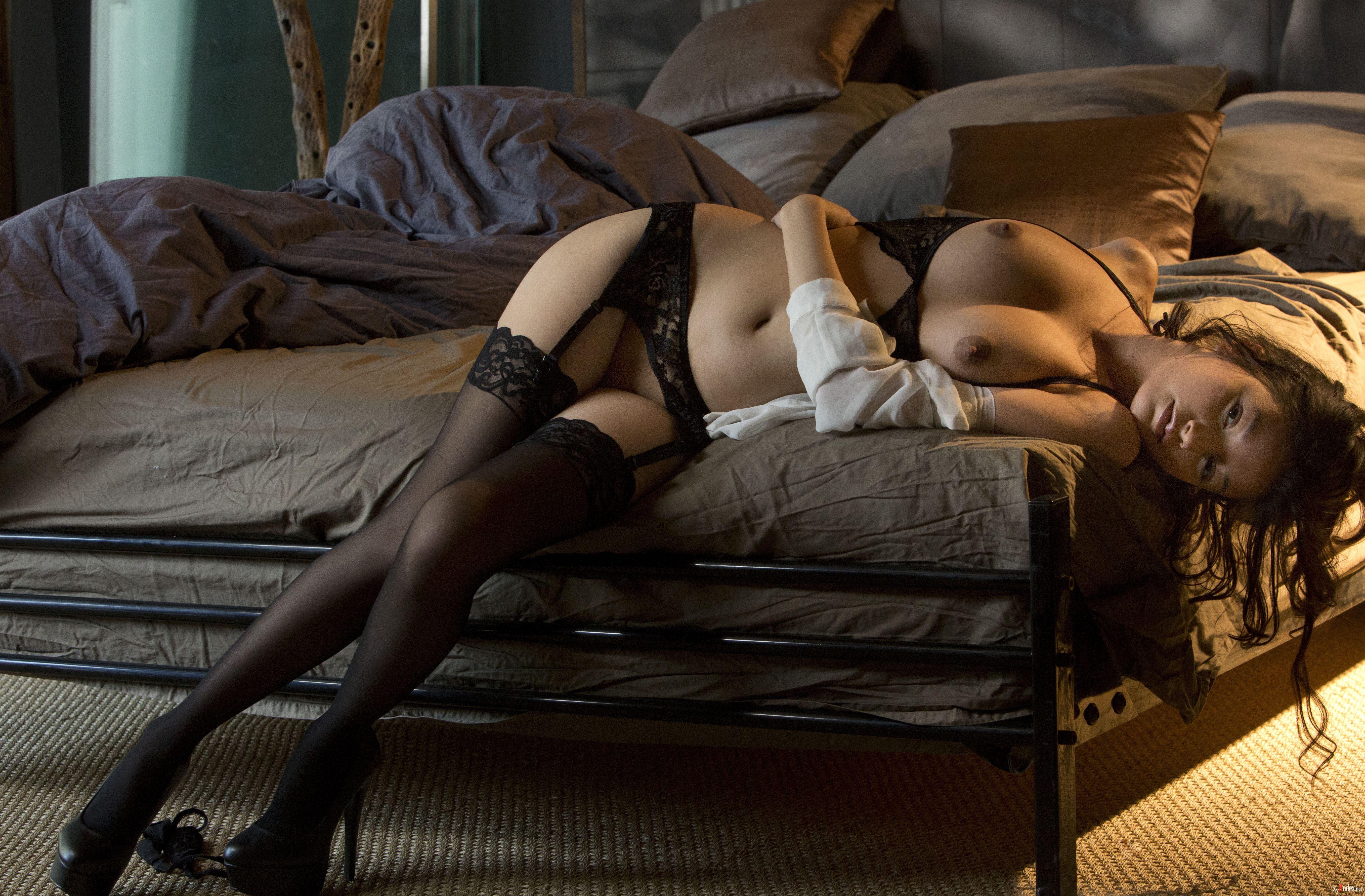 Девушки эротично одевают чулки видео — img 13