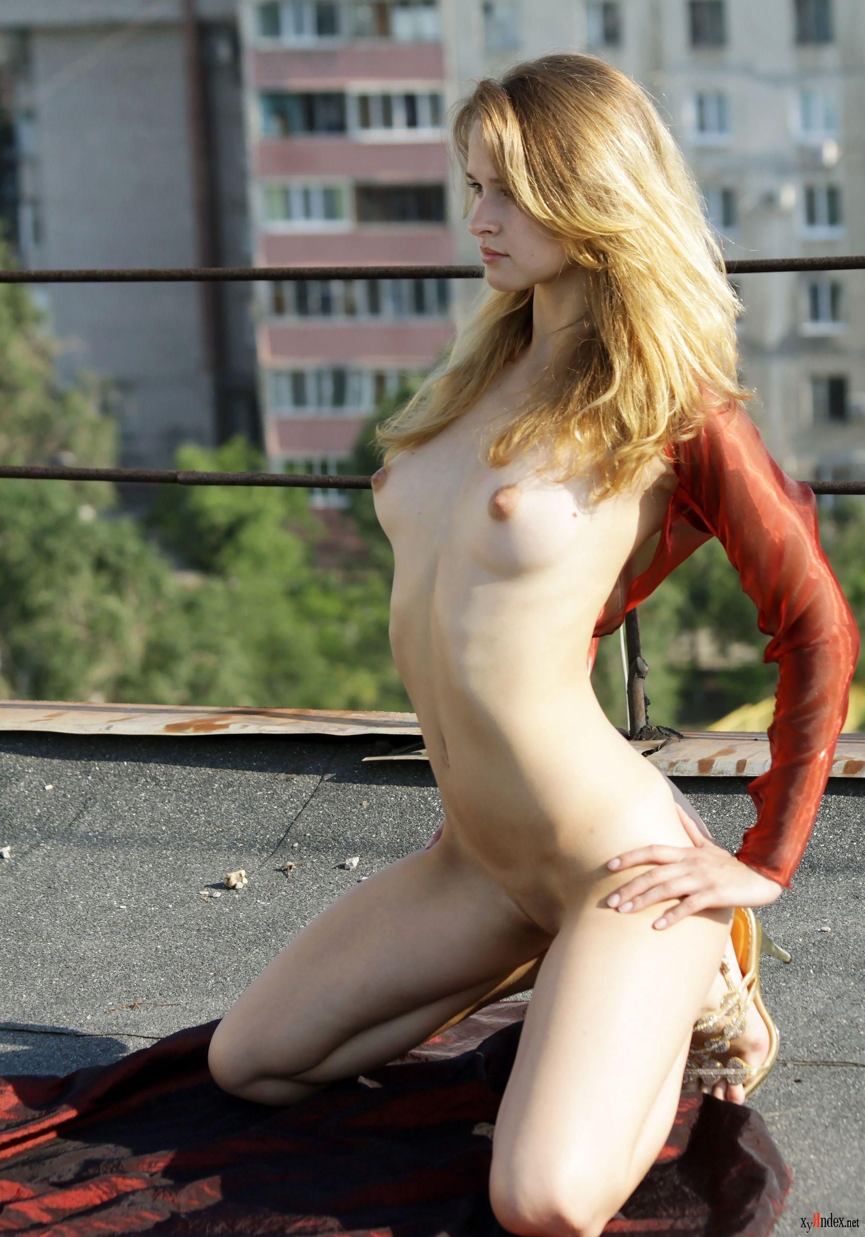 na-krishe-doma-dve-devushki-video-erotika-porno-rossiya-vecherinki-studentov