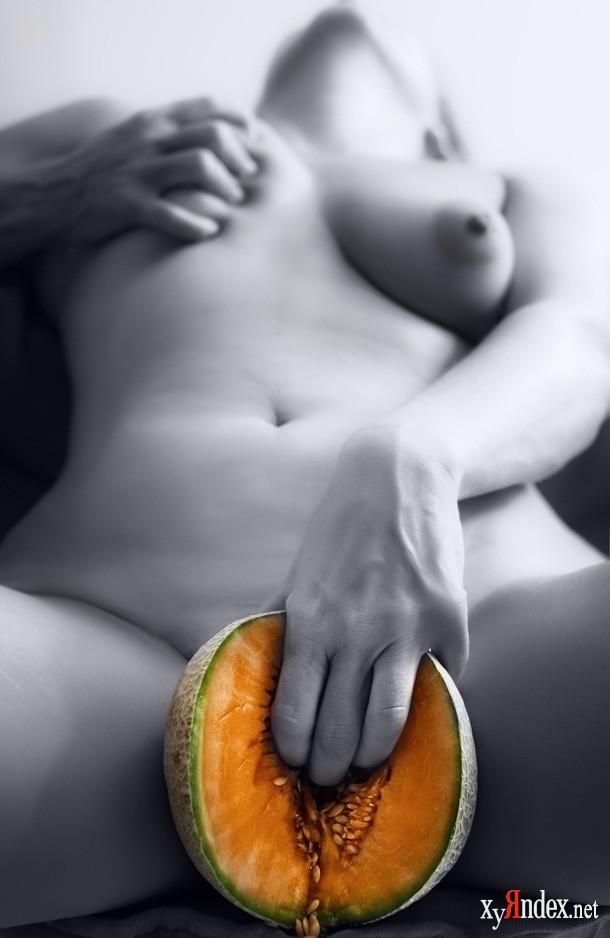 Трахает мужика фрукты и овощи в эро девушка