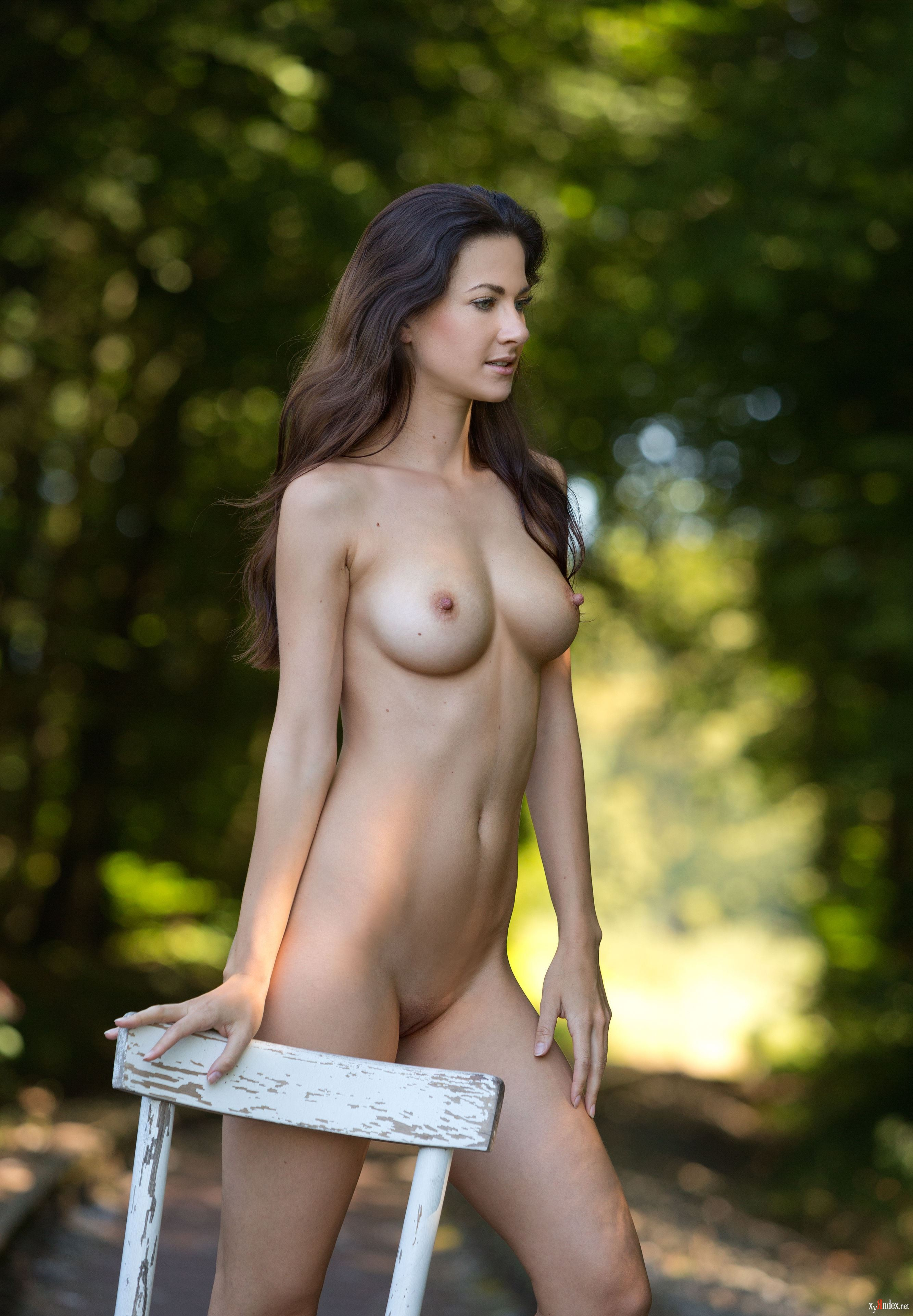 Gorgeous Naked Brunette Play Mate